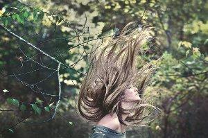 Aby vlasy zbytečně rychle nestárly, je třeba o ně vhodně pečovat