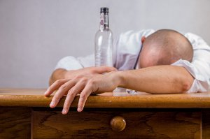 Alkohol dělá některé lidi otevřenější, jiné zase agresivní