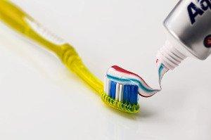 Čištění zubů má svá pravidla, stejně jako používání mezizubního kartáčku a zubní nitě