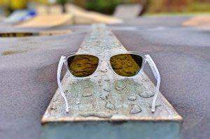 Čtení na prudkém slunci může poškodit zrak!