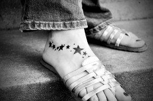 Léto přeje otevřeným botám, proto je náročnější na péči o nohy