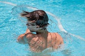 Plavání je ideální sport, ale má i svá zdravotní rizika, když neplavete správně
