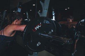 Posilování je cesta k vyrýsovaným svalům, ale...