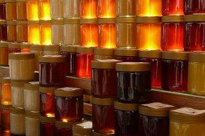 Včelí med léčí, regeneruje, detoxikuje a navíc výborně chutná