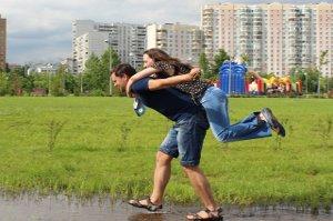 Ve spokojeném vztahu ženy více tloustnou než muži